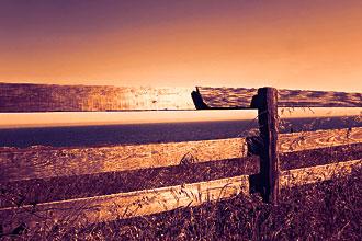 Забор на краю земли символ