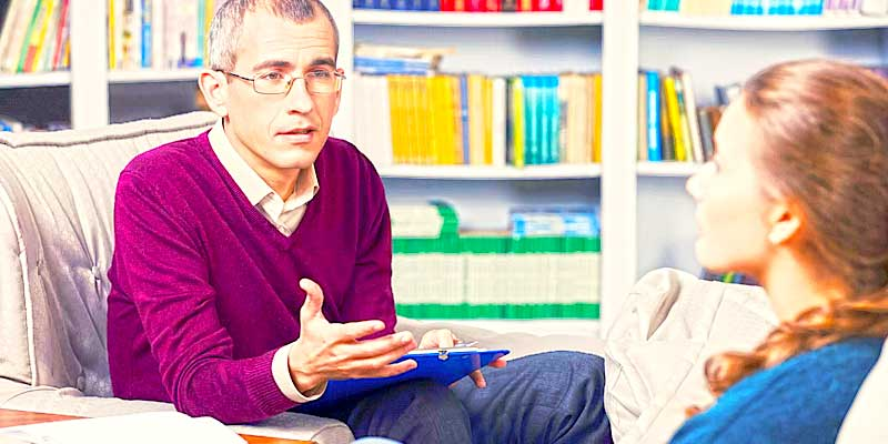 Психолог консультирует женщину
