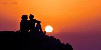 Женщина с любимым вместе на закате