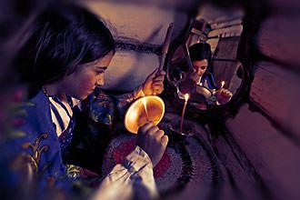 Девушка гадает на зажженной лучине